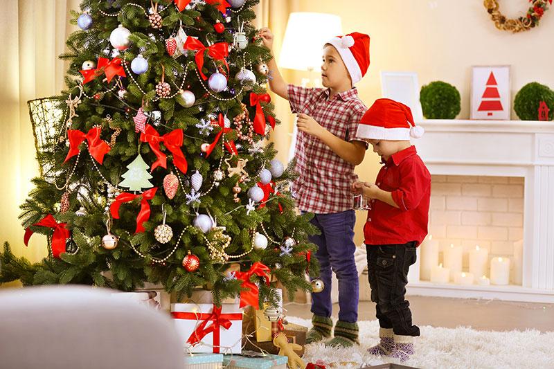 Julkul att dekorera granen