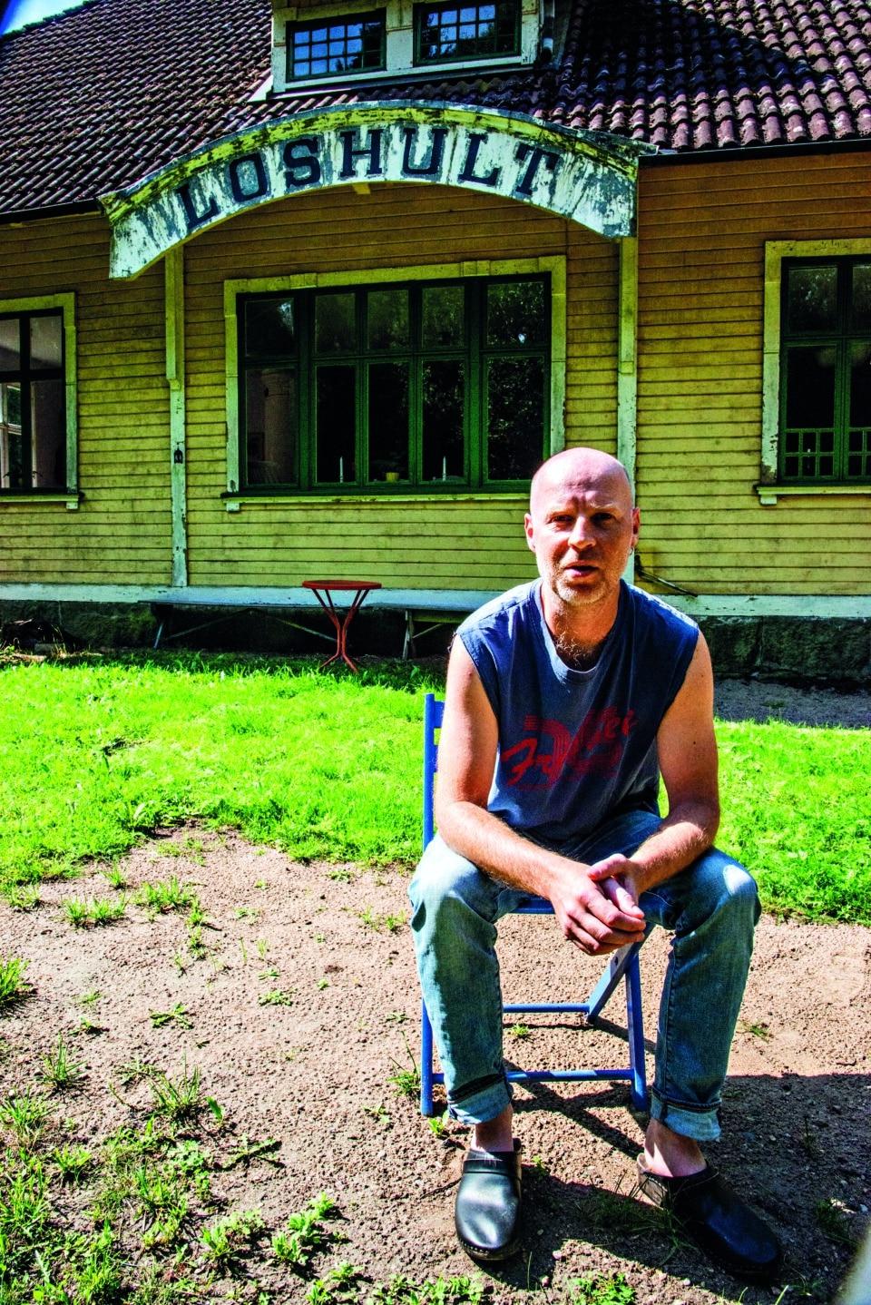 Mats Källblad framför sin sommarstuga
