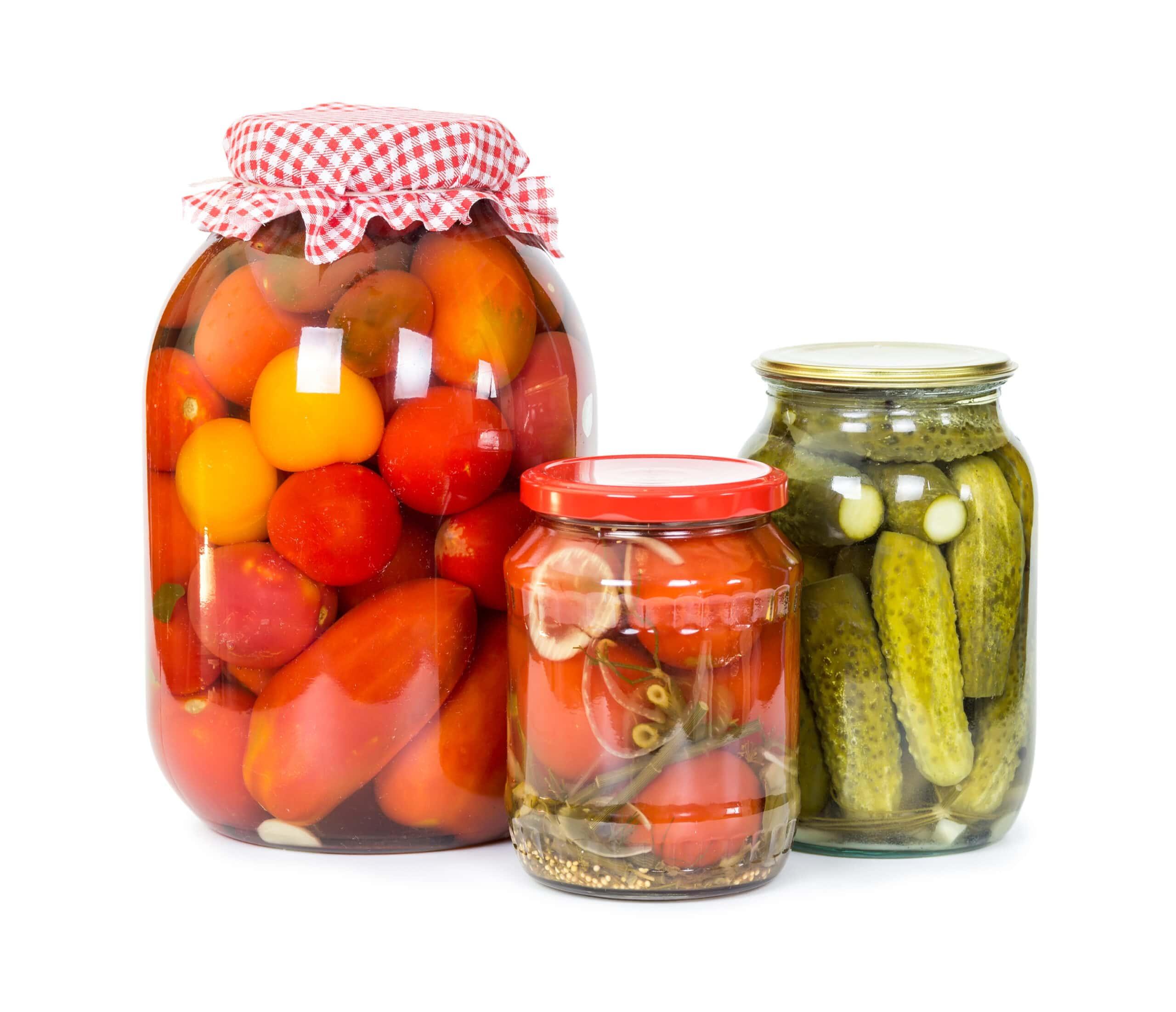 Inlagda tomater och gurka på burk